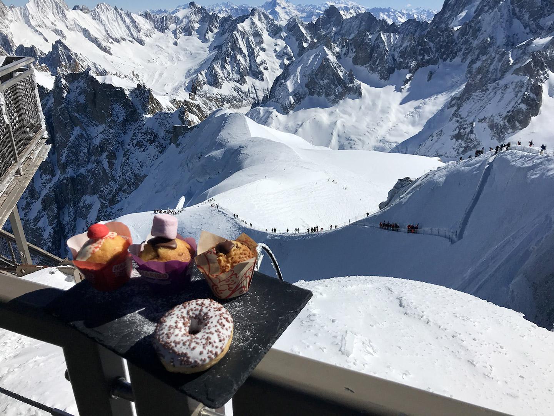muffins et donuts au Summit à l'aiguille du midi