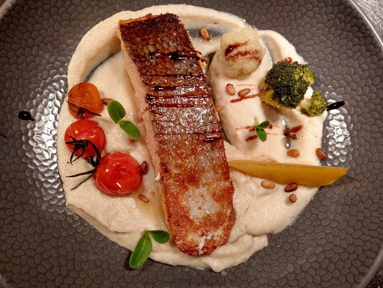Assiette de poisson avec l'altibox degustation