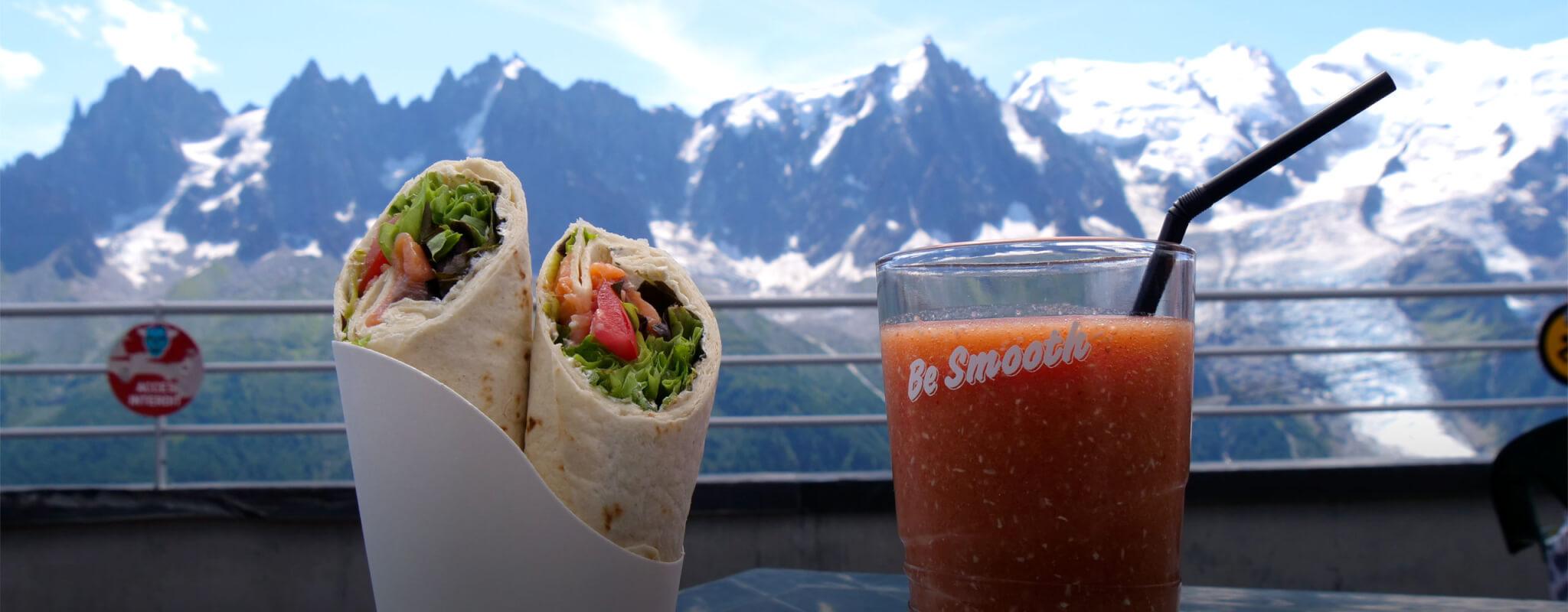 snack en terrasse avec vue sur les montagnes au brev'bar