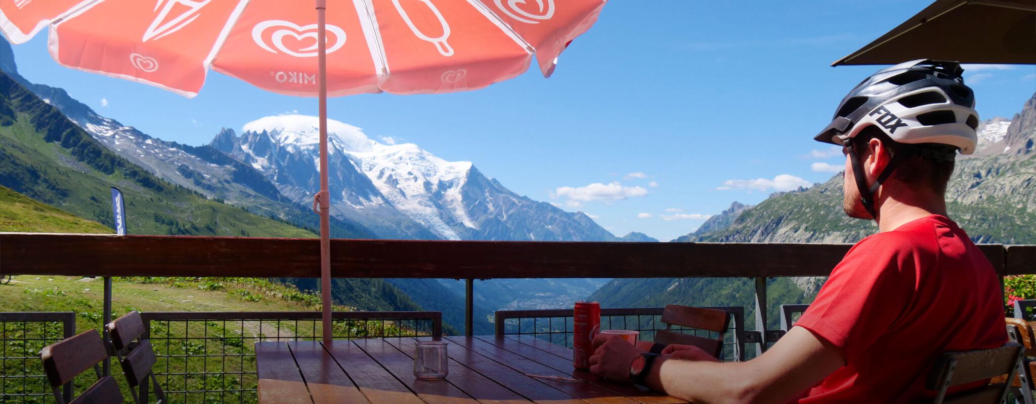 Une pause sur la terrasse du chalet charamillon en été