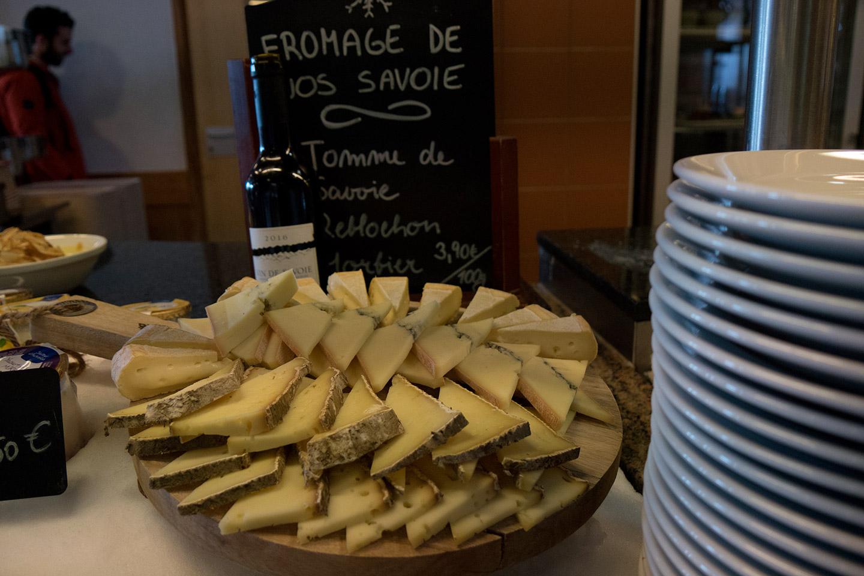 Assiette de fromage de savoie au chalet charamillon